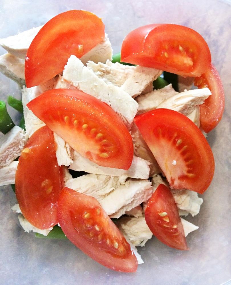 Салат с курицей, помидорами и стручковой фасолью