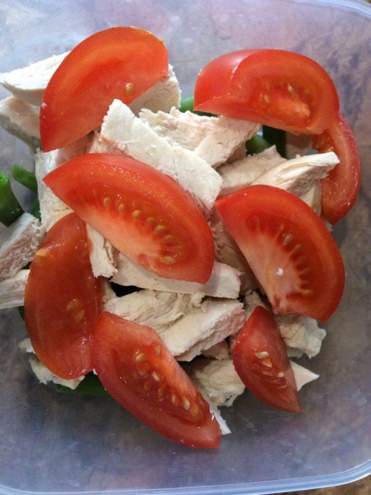 Фото рецепта - Салат с курицей, помидорами и стручковой фасолью - шаг 5
