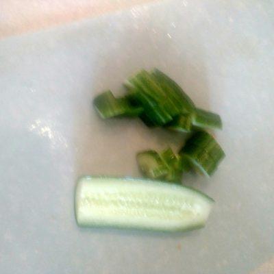 Фото рецепта - Греческий салат с фетой и маринованным луком - шаг 2