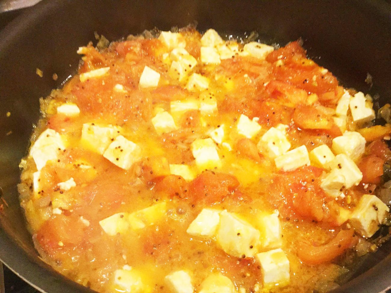 Сыр, жареный с помидорами