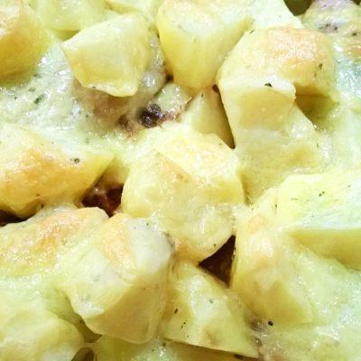 Курочка в кефире, запеченная с картошкой - рецепт с фото