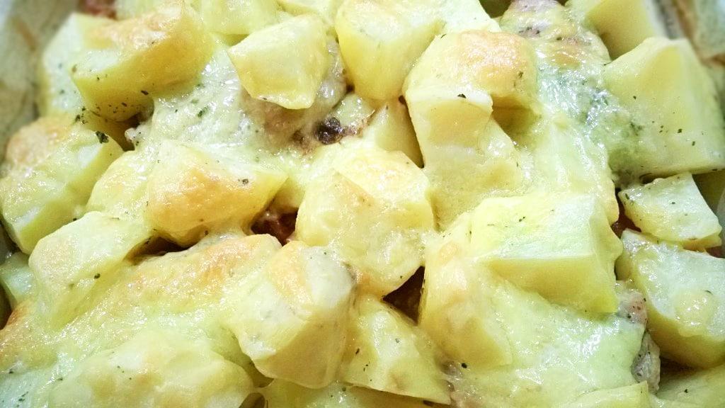 Курочка в кефире, запеченная с картошкой