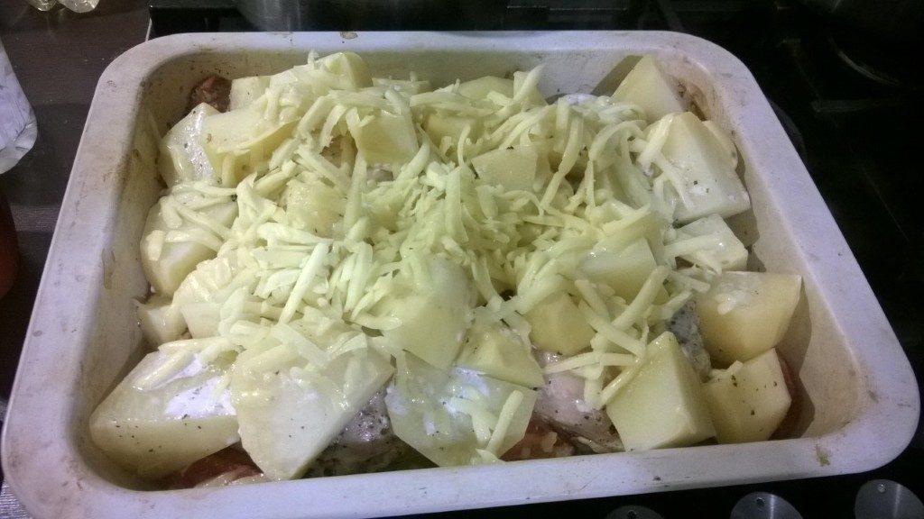 Фото рецепта - Курочка в кефире, запеченная с картошкой - шаг 4