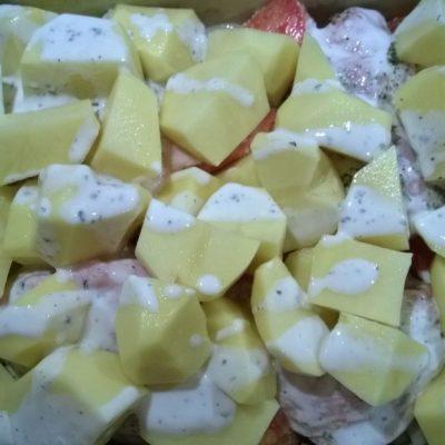 Фото рецепта - Курочка в кефире, запеченная с картошкой - шаг 3