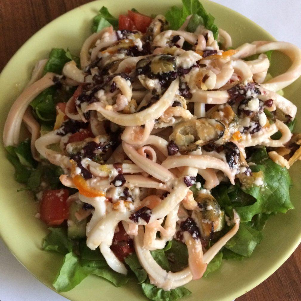 Фото рецепта - Теплый салат из морепродуктов под сливочно-апельсиновым соусом - шаг 5