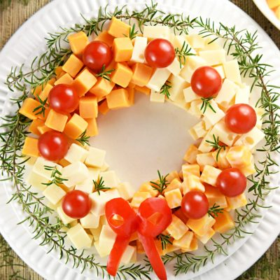 Новогодний венок из сыра и черри - рецепт с фото