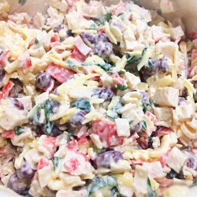 Нетипичный крабовый салат с сыром и фасолью - рецепт с фото