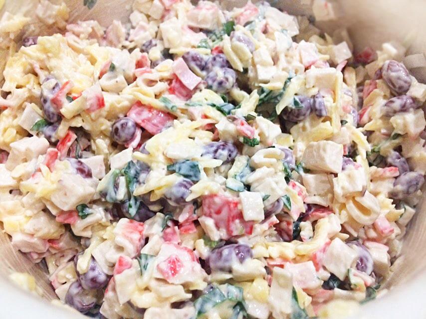 Нетипичный крабовый салат с сыром и фасолью