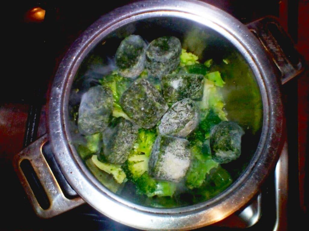 Фото рецепта - Зелёный суп-пюре с брокколи - шаг 2