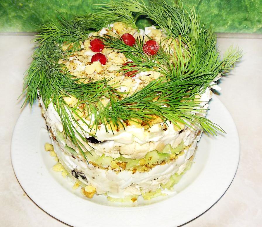 Куриный салат «Нежность» с черносливом