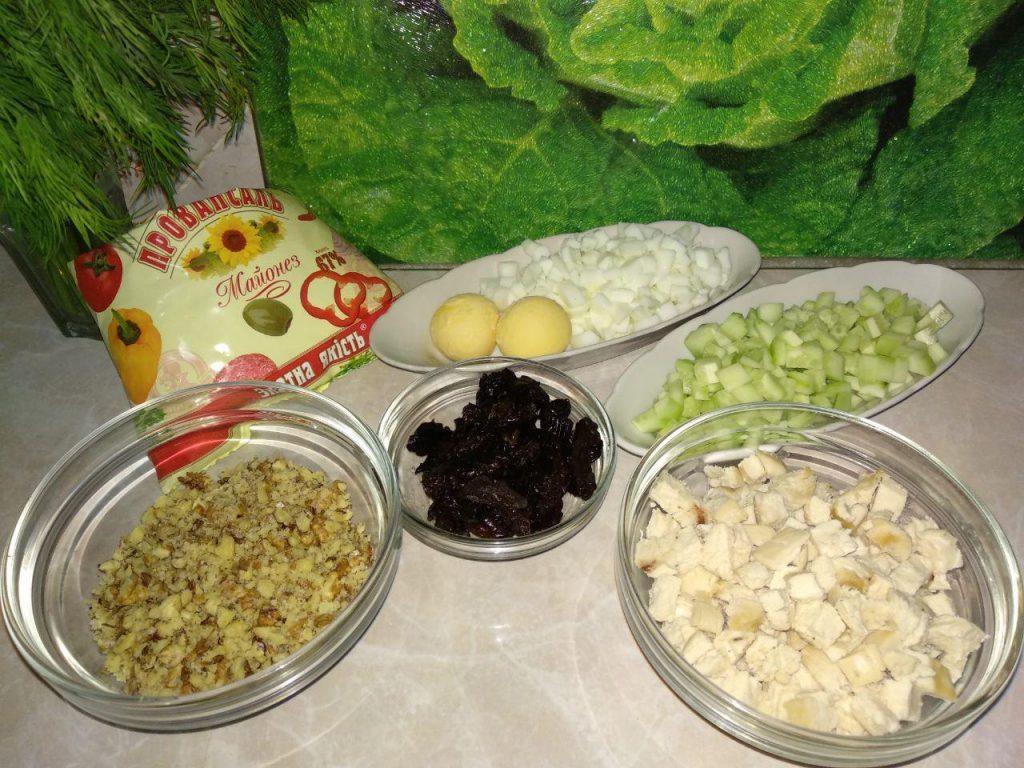 Фото рецепта - Куриный салат «Нежность» с черносливом - шаг 2