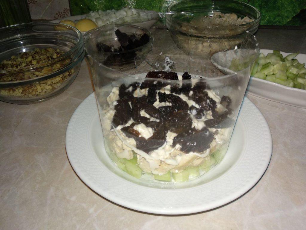 Фото рецепта - Куриный салат «Нежность» с черносливом - шаг 4