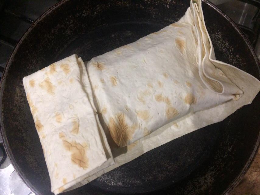 Фото рецепта - Домашняя шаверма с курицей и томатами - шаг 9