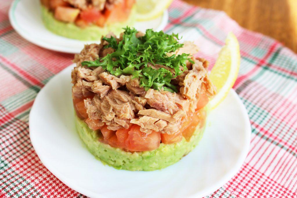 Фото рецепта - Слоеный порционный салат с тунцом и авокадо - шаг 8