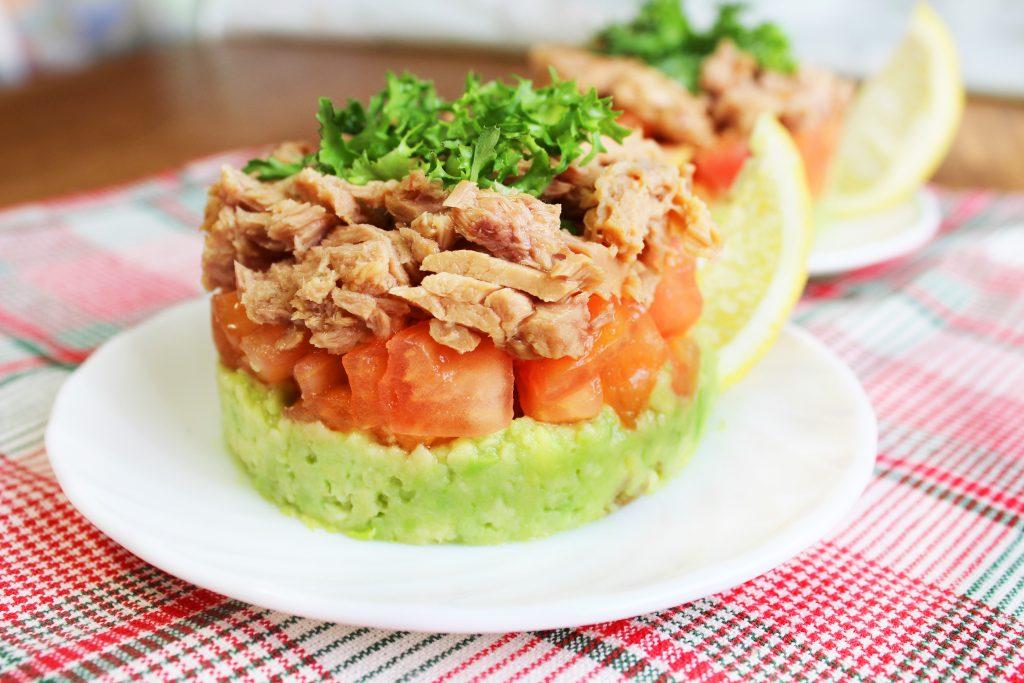 Фото рецепта - Слоеный порционный салат с тунцом и авокадо - шаг 9