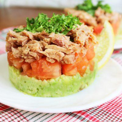Слоеный порционный салат с тунцом и авокадо - рецепт с фото