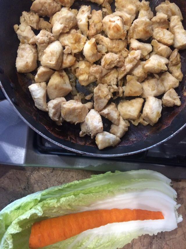 Фото рецепта - Салат с курицей по-азиатски с морковью и капустой - шаг 1
