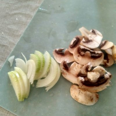 Фото рецепта - Свинина с грибами по-домашнему, в духовке - шаг 2