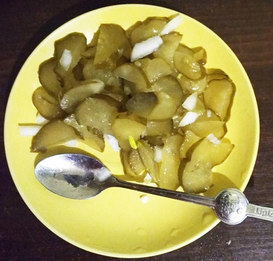 Быстрый салат из маринованных огурцов