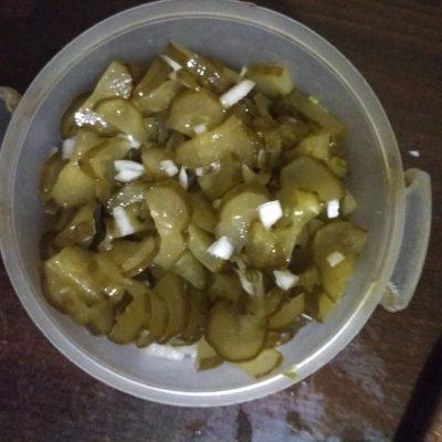 Фото рецепта - Быстрый салат из маринованных огурцов - шаг 3