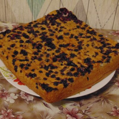 Фото рецепта - Бисквит с чёрной смородиной - шаг 6