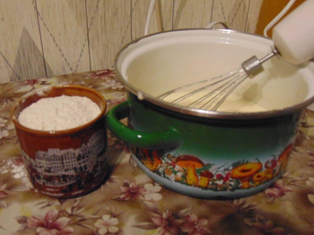 Фото рецепта - Бисквит с чёрной смородиной - шаг 2