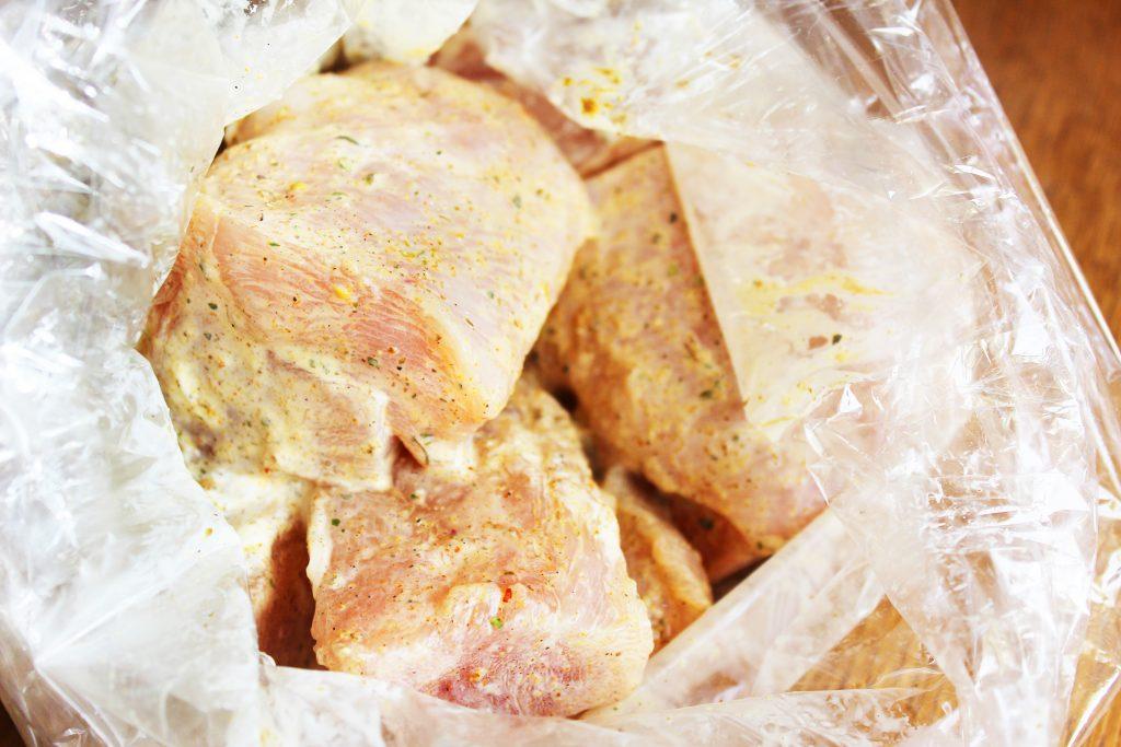 Фото рецепта - Запеченное куриное филе в пакете в сметане – простой рецепт - шаг 3