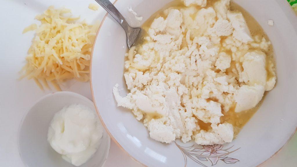 """Фото рецепта - """"Ленивые"""" хачапури с творожно-сырной начинкой - шаг 2"""