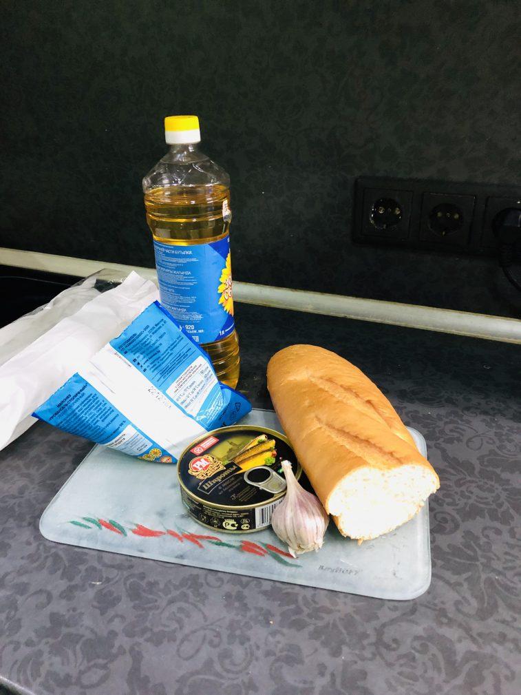 Фото рецепта - Бутерброды со шпротами - шаг 1