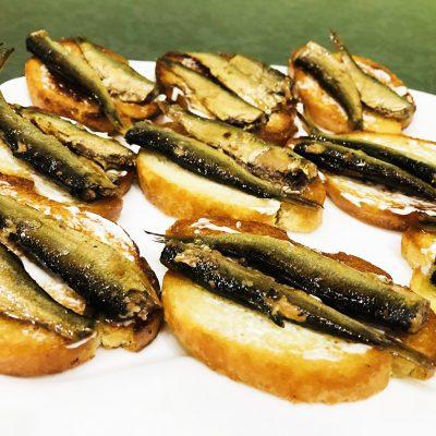 Бутерброды со шпротами - рецепт с фото