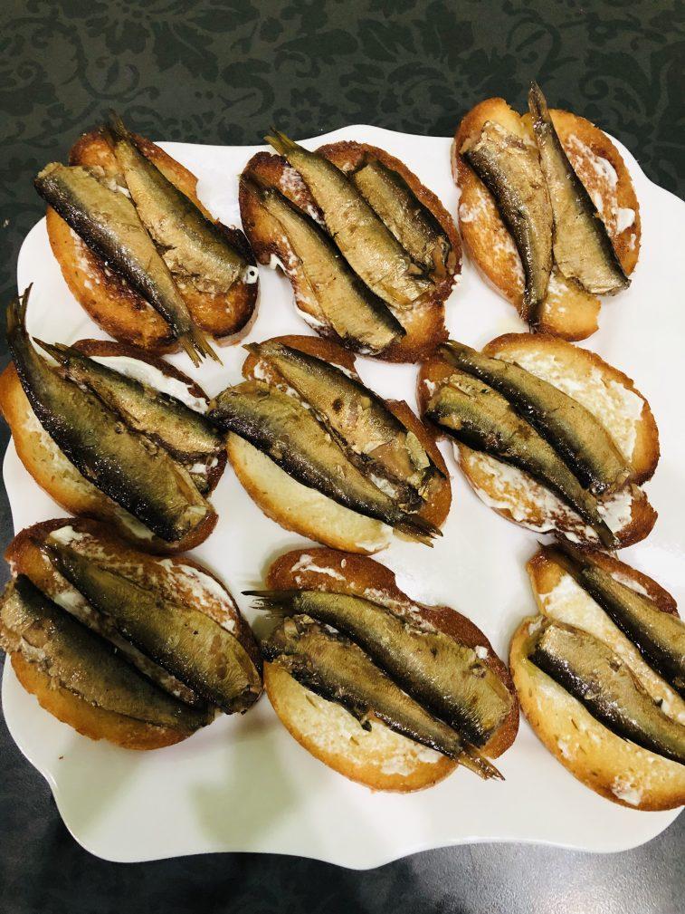 Фото рецепта - Бутерброды со шпротами - шаг 6