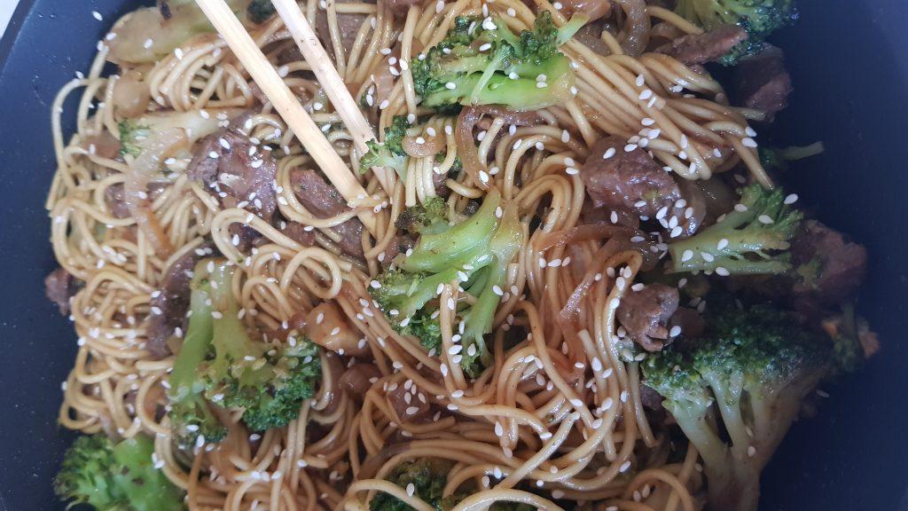 Фото рецепта - Яичная лапша с говядиной и брокколи в соусе терияки - шаг 5