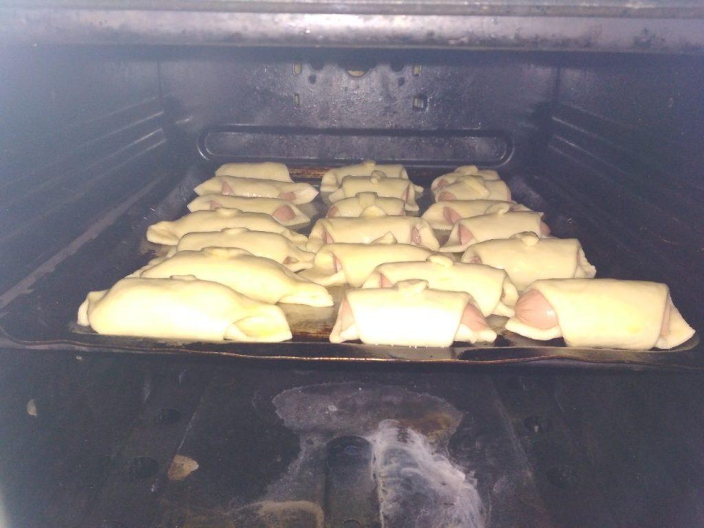 Фото рецепта - Рогалики из дрожжевого теста с сосисками - шаг 7