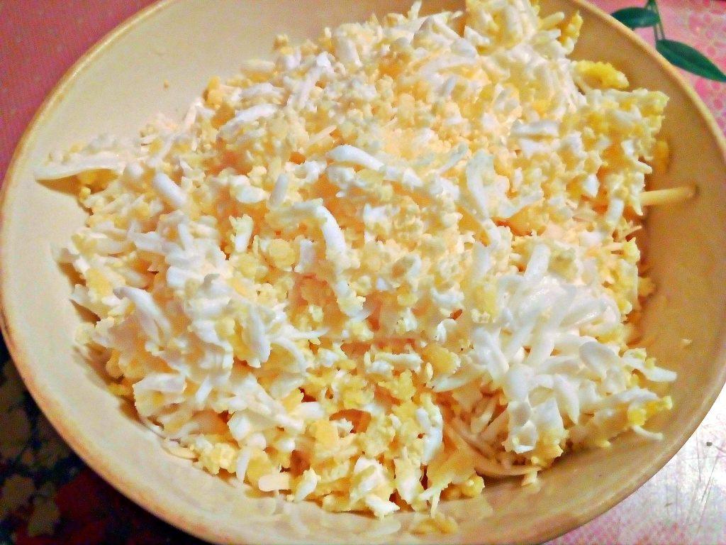 """Фото рецепта - Салат """"Початок кукурузы"""" с черносливом и яйцами - шаг 2"""