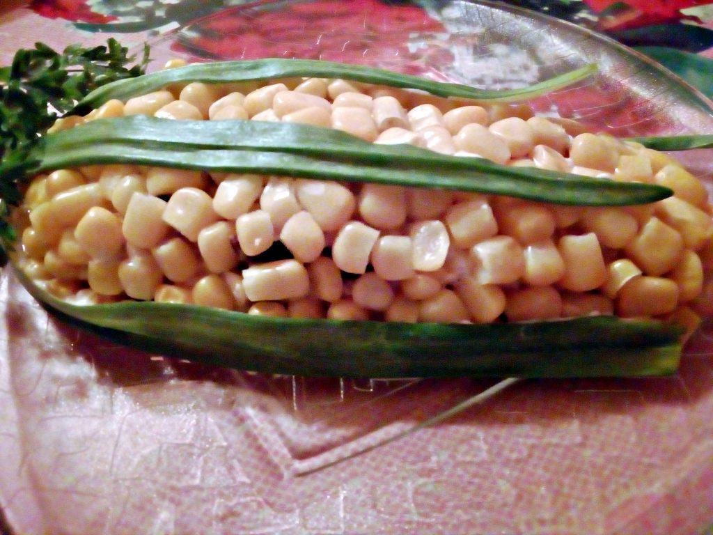 """Фото рецепта - Салат """"Початок кукурузы"""" с черносливом и яйцами - шаг 5"""