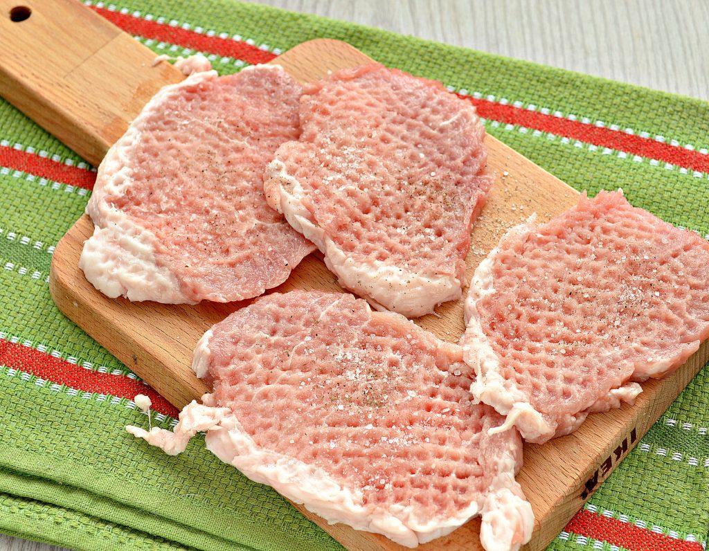 Фото рецепта - Свинина, запеченная с картофелем под майонезом - шаг 1
