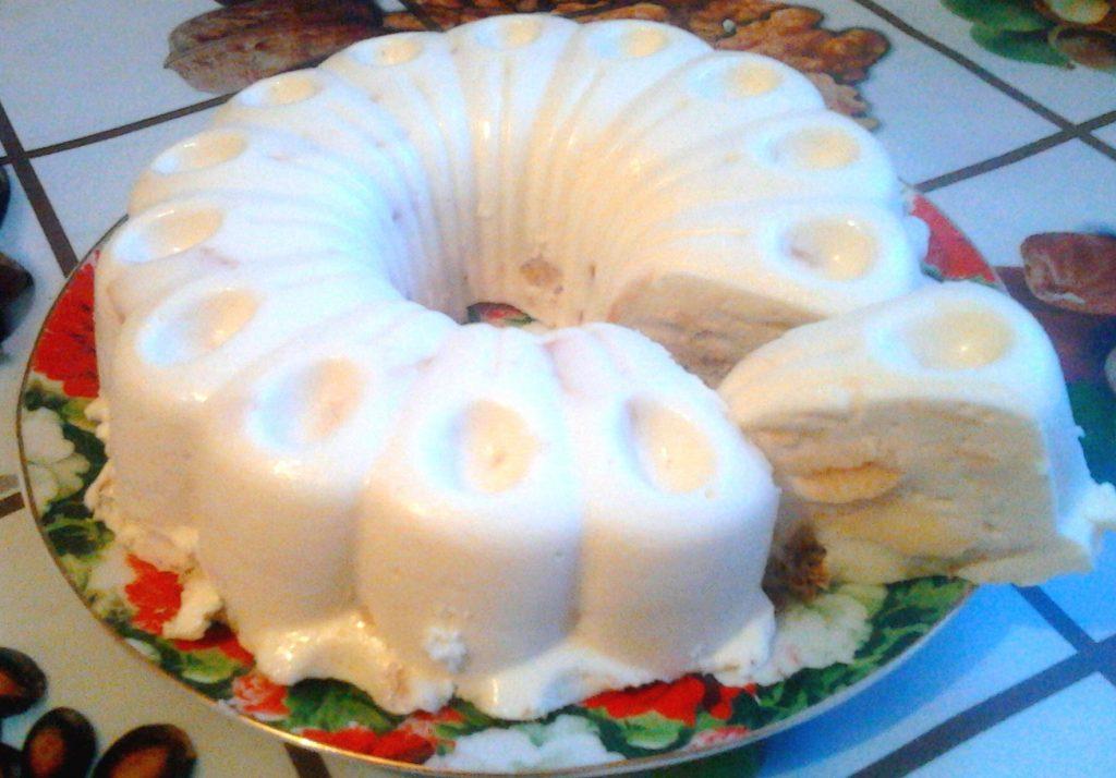 Фото рецепта - Вкуснейший торт без выпечки со сметаной, печеньем и яблоком - шаг 10