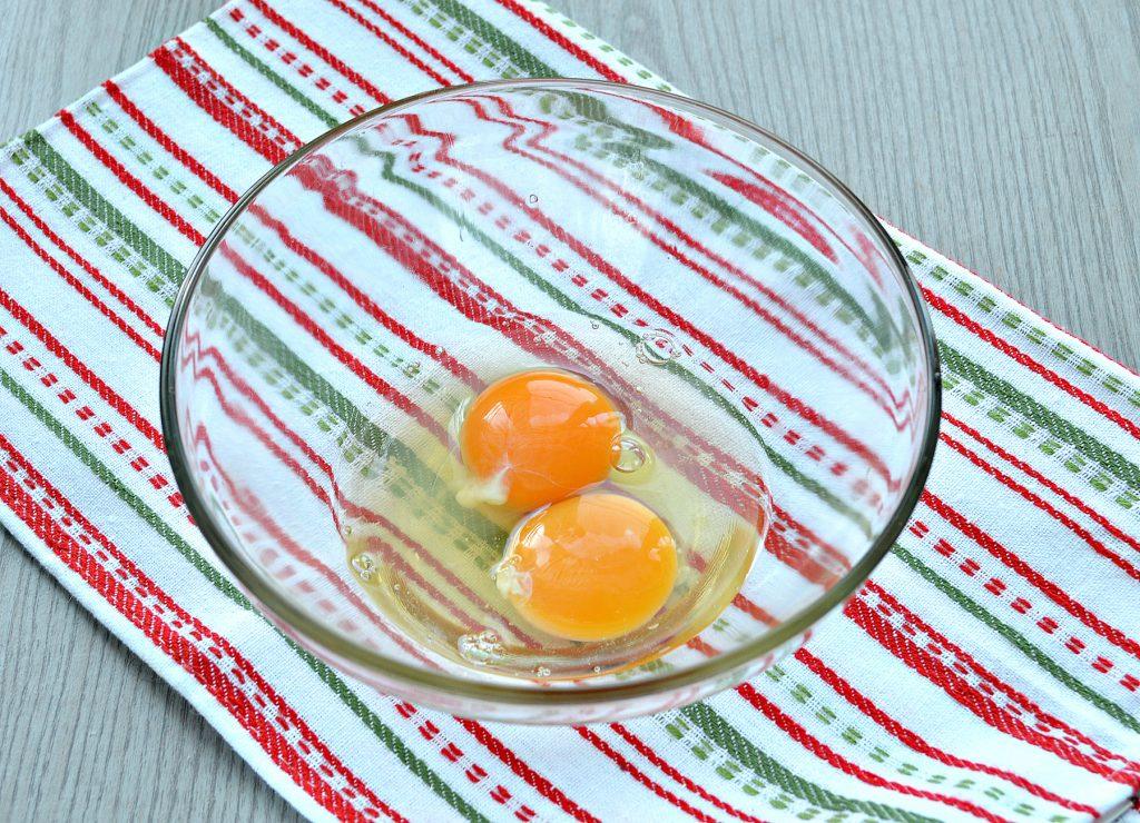 Фото рецепта - Сытный омлет с домашними пельменями - шаг 1