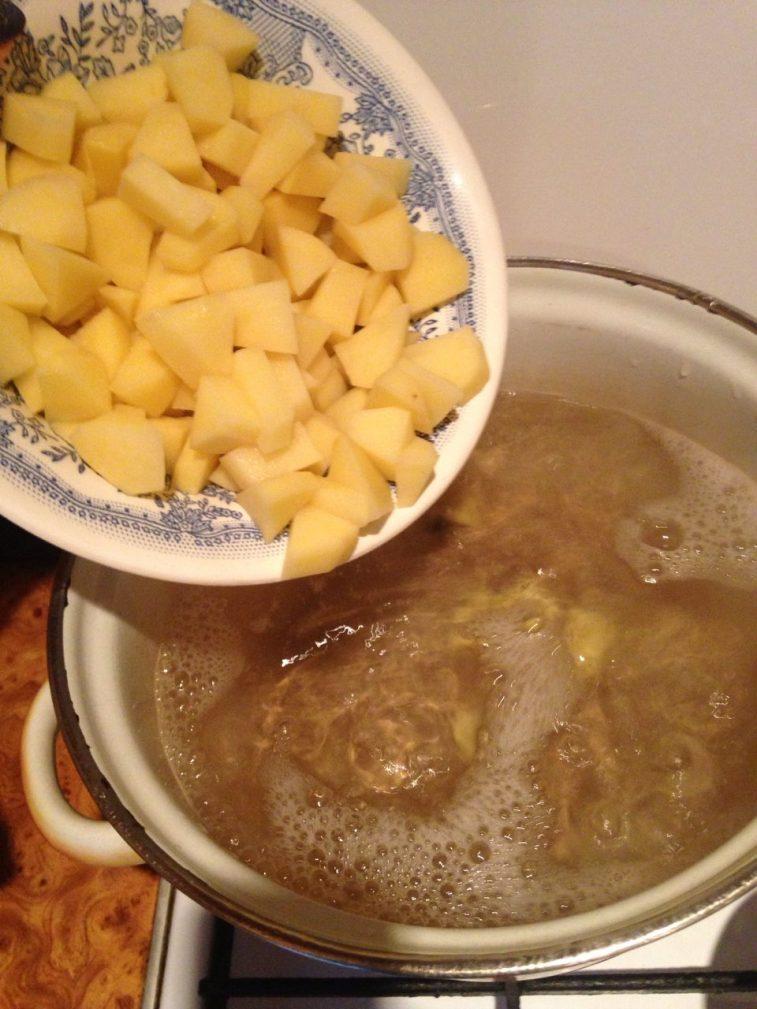Фото рецепта - Пряный луковый суп на пиве с фрикадельками - шаг 1
