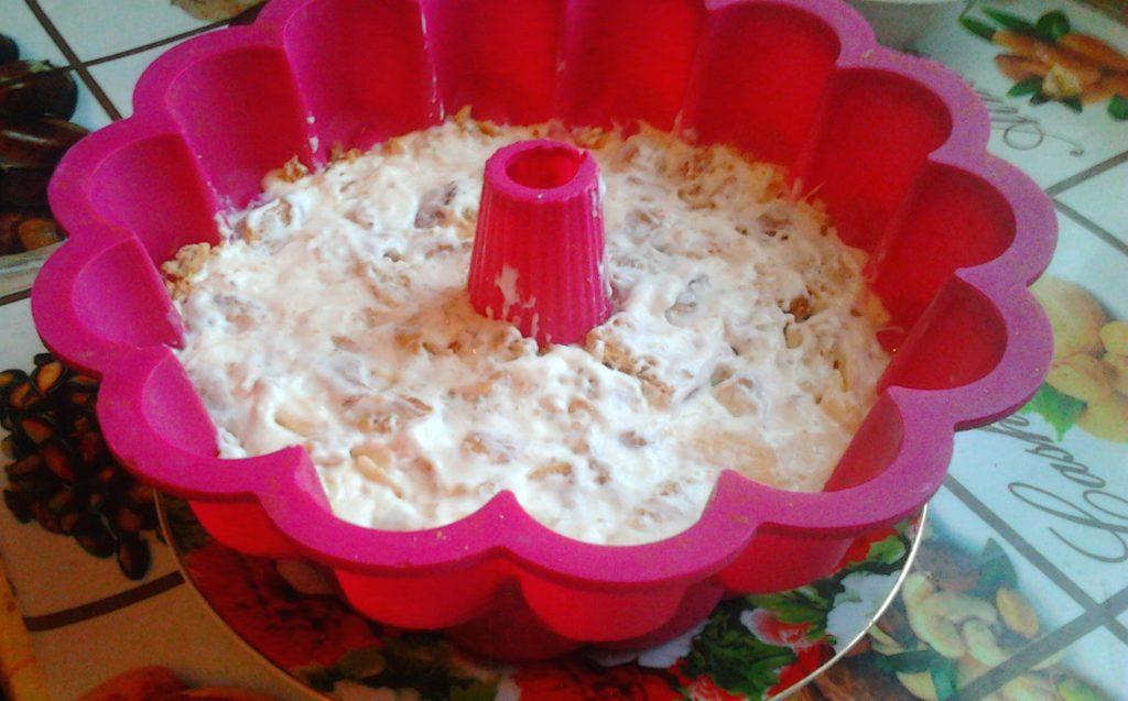 Фото рецепта - Вкуснейший торт без выпечки со сметаной, печеньем и яблоком - шаг 8