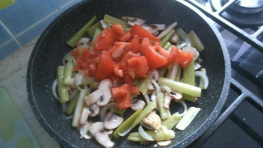 Фото рецепта - Сельдерей тушеный с овощами и шампиньонами - шаг 3