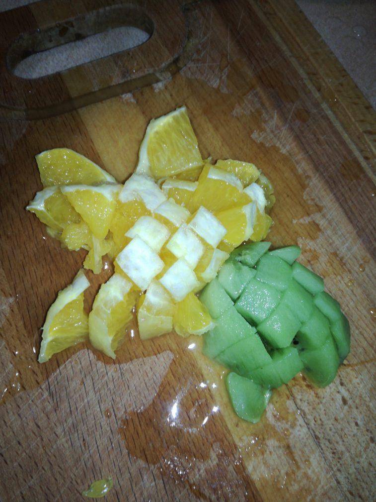 Фото рецепта - Легкий фруктовый салат на завтрак - шаг 2