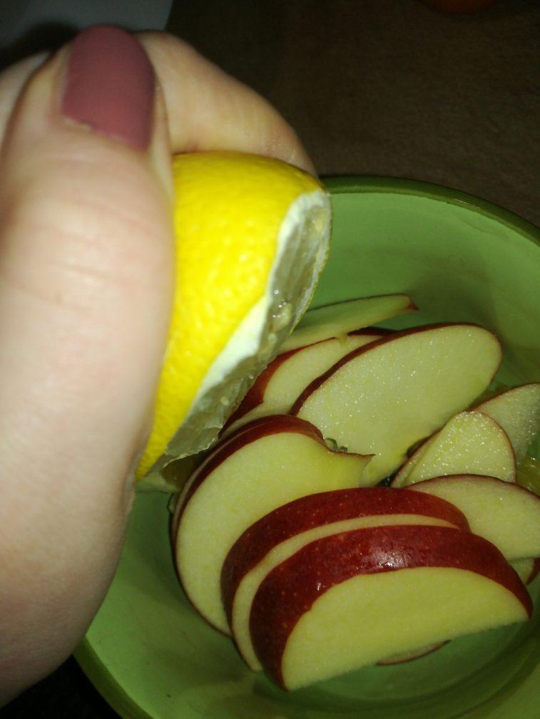 Фото рецепта - Легкий фруктовый салат на завтрак - шаг 4