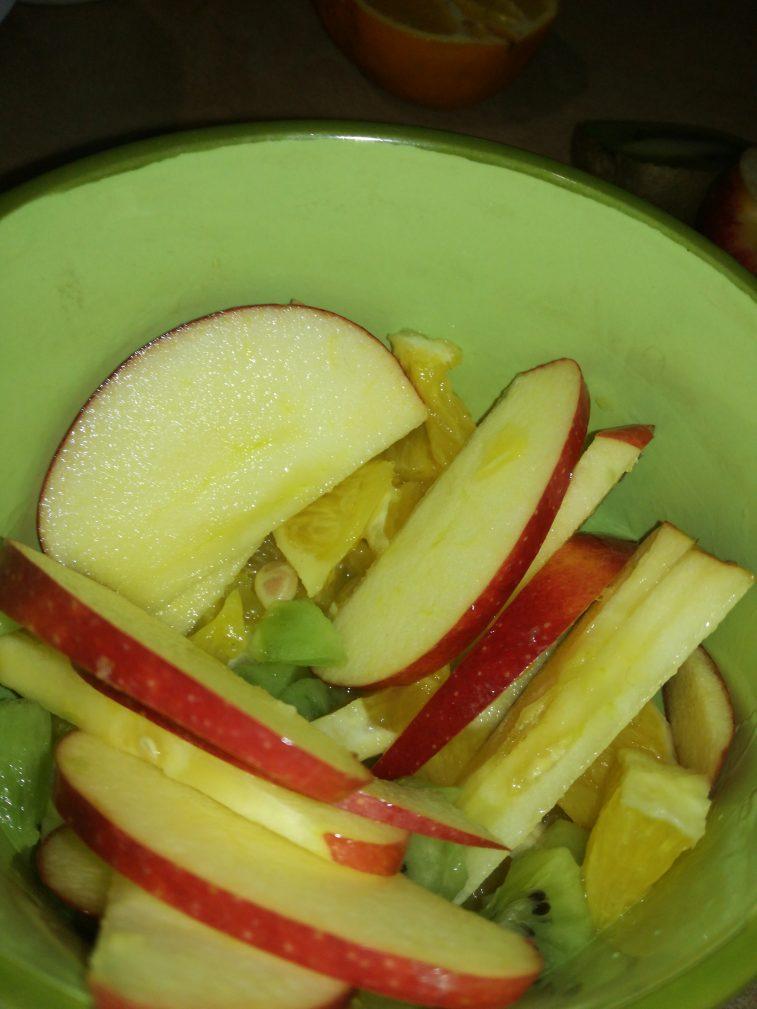 Фото рецепта - Легкий фруктовый салат на завтрак - шаг 5