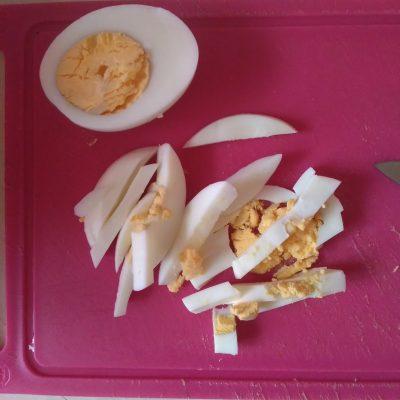 """Фото рецепта - Салат """"Мужская радость"""" с колбасой и корейской морковью - шаг 3"""