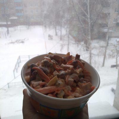 """Фото рецепта - Салат """"Мужская радость"""" с колбасой и корейской морковью - шаг 7"""
