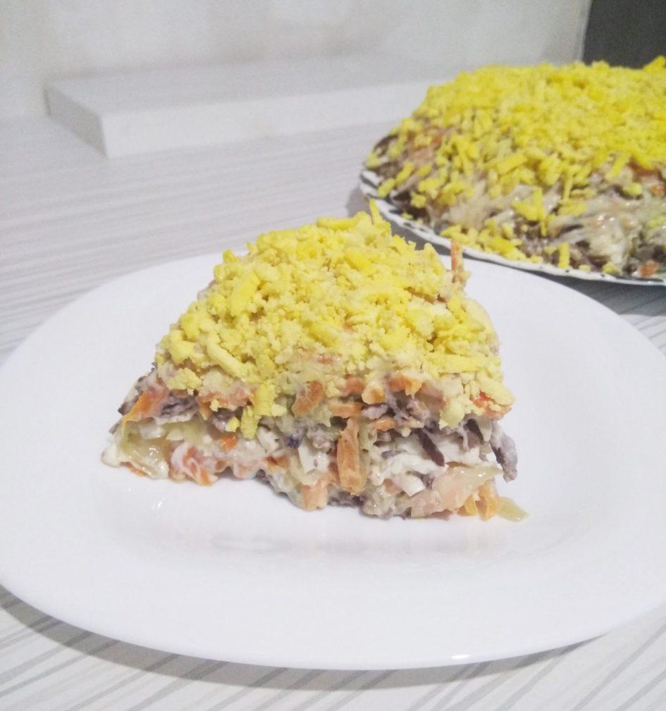 Фото рецепта - Слоёный салат из печени с морковью и солеными огурчиками - шаг 6