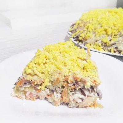 Слоёный салат из печени с морковью и солеными огурчиками - рецепт с фото