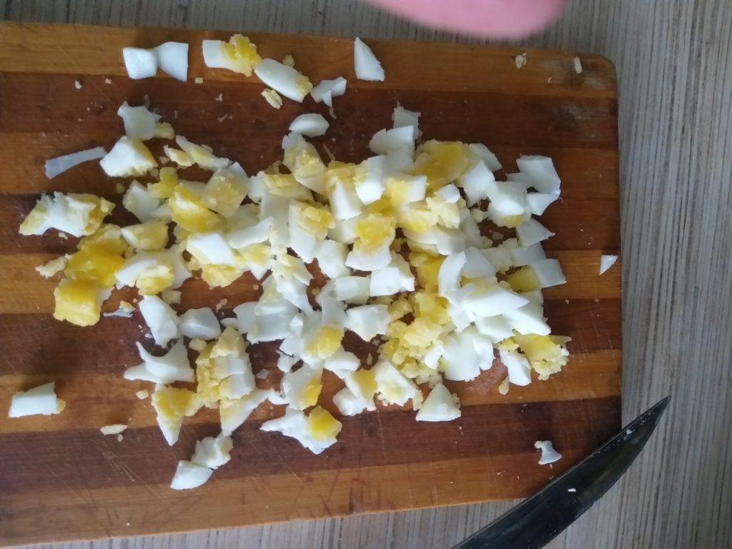 Фото рецепта - Крабовый салат с кукурузой и пекинской капустой - шаг 4