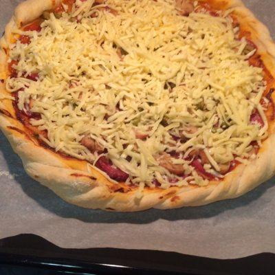 Фото рецепта - Домашняя пицца с грибами и колбасой - шаг 4